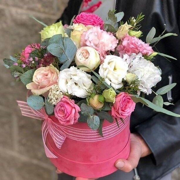 Магазин цветов Прекрасная садовница Цветочная композиция в бархатной коробочке c розами различных сортов, лизиантусом, гвоздикой Блэк Пастель и хамелациумом - фото 1