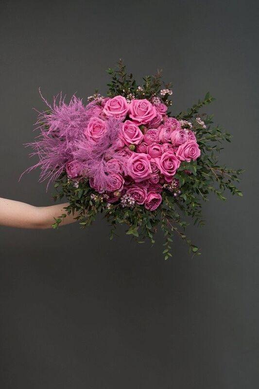 Магазин цветов ЦВЕТЫ и ШИПЫ. Розовая лавка Букет ярко-розовый с пионовидной розой (диаметр 45 см) - фото 2