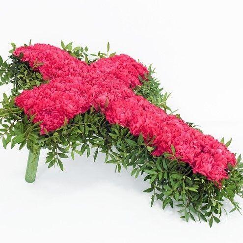 Магазин цветов Долина цветов Траурная композиция из живых красных гвоздик - фото 1