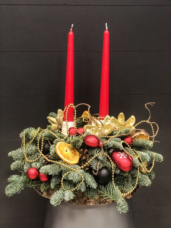 Магазин цветов Florita (Флорита) Новогодняя (рождественская) композиция со свечами на деревянном срубе - фото 1
