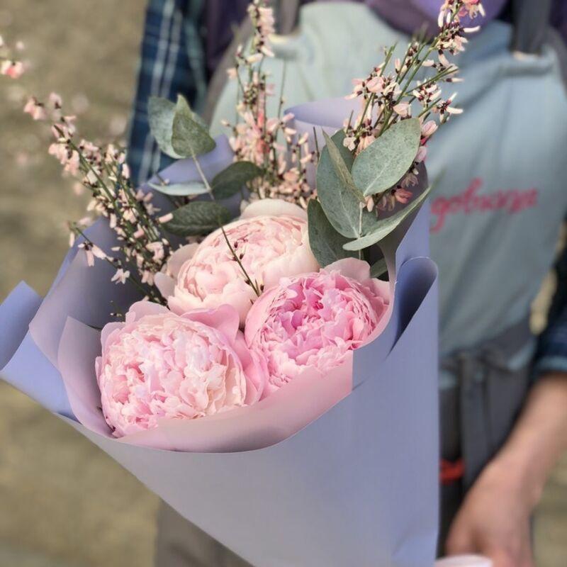 Магазин цветов Прекрасная садовница Букет с пионами Сара Бернар, генистой и эвкалиптом - фото 1