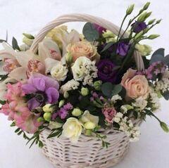 Магазин цветов Прекрасная садовница Корзина с цимбидиумом, анемонами, фрезией и розами
