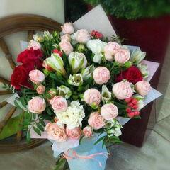 Магазин цветов Прекрасная садовница Букет из роз разных сортов, альстромерии и гвоздики