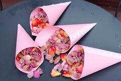 Магазин цветов Lia Кулек с лепестками