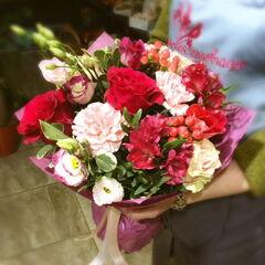 Магазин цветов Прекрасная садовница Букет с розой Гочча и гвоздикой
