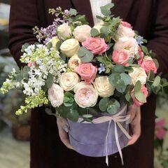 Магазин цветов Прекрасная садовница Цветочная композиция с садовыми розами, сиренью, твидией и эвкалиптом в шляпной коробке