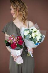 Магазин цветов ЦВЕТЫ и ШИПЫ. Розовая лавка Букет с белой розой (диаметр 30 см)