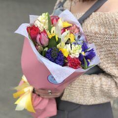 Магазин цветов Прекрасная садовница Букет весенний микс из пионовидных тюльпанов, гиацинтов и разноцветных ирисов