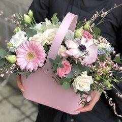 Магазин цветов Прекрасная садовница Цветочная сумочка с кустовой розочкой, герберой, анемонами и генистой