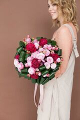 Магазин цветов ЦВЕТЫ и ШИПЫ. Розовая лавка Букет с кустовой пионовидной розой и крупными листьями (диаметр 35-40 см)