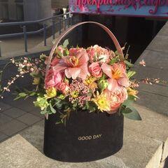 Магазин цветов Прекрасная садовница Бархатная сумочка с тюльпанами, розами, генистой