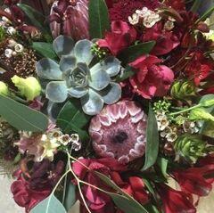 Магазин цветов Прекрасная садовница Букет с протеей, ананасами и суккулентами