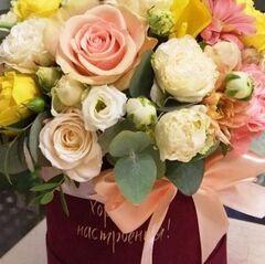 Магазин цветов Прекрасная садовница Цветочная композиция в бархатной коробке с розами