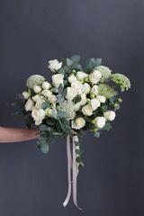 Магазин цветов ЦВЕТЫ и ШИПЫ. Розовая лавка Букет микс белых роз с зеленью (диаметр 50 см)