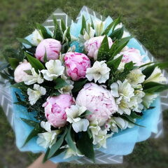 Магазин цветов Прекрасная садовница Букет из пионов, альстромерии и паникума