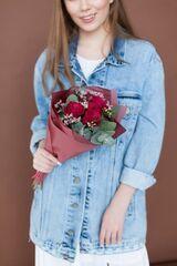 Магазин цветов ЦВЕТЫ и ШИПЫ. Розовая лавка Букет маленький винный (диаметр 15 см)