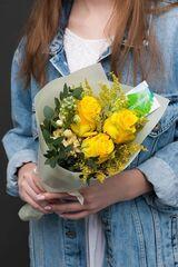 Магазин цветов ЦВЕТЫ и ШИПЫ. Розовая лавка Букет солнечный с зеленью (диаметр 15-20 см)