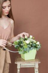 Магазин цветов ЦВЕТЫ и ШИПЫ. Розовая лавка Композиция в зеленой коробочке (размер 25*30 см)