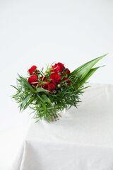 Магазин цветов ЦВЕТЫ и ШИПЫ. Розовая лавка Букет из красных роз с зеленью