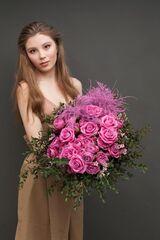 Магазин цветов ЦВЕТЫ и ШИПЫ. Розовая лавка Букет ярко-розовый с пионовидной розой (диаметр 45 см)