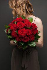 Магазин цветов ЦВЕТЫ и ШИПЫ. Розовая лавка Букет из бордовых роз с зеленью (диаметр 35 см)