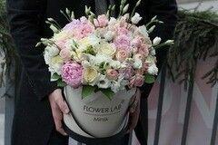 Магазин цветов Cvetok.by Коробочка «Лизиантус пион и роза бомбастик»