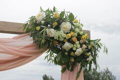 Магазин цветов Lia Композиция из живых цветов на арку