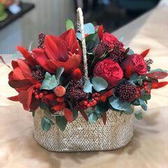 Магазин цветов Прекрасная садовница Корзинка с амариллисами, розой Ред пиано, скиммией и илексом