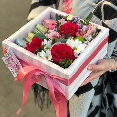 Магазин цветов Прекрасная садовница Коробочка с цветами и макаронс