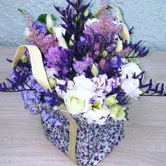 Магазин цветов Прекрасная садовница Композиция в лавандовой сумочке