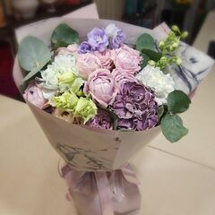Магазин цветов Прекрасная садовница Букет с садовой розой Блоссом бабблс, гвоздиками Блэк Молли и Блэк Пастель, лизиантусом и дельфиниумом