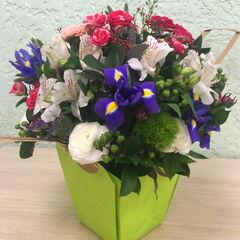 Магазин цветов Прекрасная садовница Композиция c ирисами в сумочке