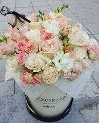 Магазин цветов Cvetok.by Коробочка «Сливочные розы и фрезия»