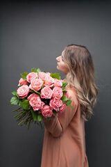 Магазин цветов ЦВЕТЫ и ШИПЫ. Розовая лавка Букет из коралловых роз (диаметр 35 см)
