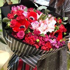 Магазин цветов Прекрасная садовница Букет в красных тонах из роз различных сортов и анемоны